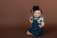 Retrato de uma rapariga no fundo marrom fotografia de stock royalty free