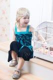 Retrato de uma rapariga no interior home Imagens de Stock Royalty Free