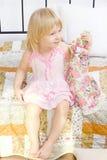 Retrato de uma rapariga no interior home Imagens de Stock