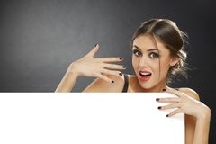 Rapariga surpreendida que guardara o quadro de avisos vazio Fotografia de Stock