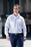 Retrato de uma rua do centro de passeio do homem novo Foto de Stock Royalty Free