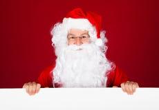 Retrato de uma Santa que guarda o cartaz vazio Imagem de Stock Royalty Free