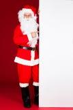Retrato de uma Santa que guarda o cartaz vazio Fotografia de Stock Royalty Free