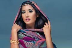 Retrato de uma senhora árabe da beleza em um bea sensual imagem de stock