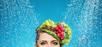 Retrato de uma senhora com os vegetais na cabeça foto de stock