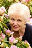 Retrato de uma senhora consideravelmente mais idosa em suas flores imagem de stock