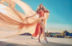 Retrato de uma senhora elegante que veste um vestido do ornage foto de stock royalty free