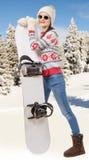 Retrato de uma snowboarding feliz da moça com óculos de sol Fotos de Stock