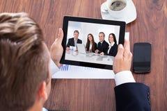 Retrato de uma tabuleta de Looking At Digital do homem de negócios imagem de stock