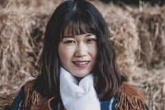 Retrato de uma vaqueira f?mea chinesa armada bonita imagem de stock royalty free