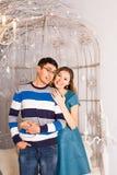 Retrato de un abarcamiento joven cariñoso de los pares Foto de archivo libre de regalías
