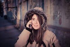 Retrato de un abrigo de invierno que lleva al aire libre del adolescente Foto de archivo libre de regalías