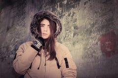 Retrato de un abrigo de invierno que lleva al aire libre del adolescente Imagen de archivo