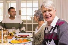 Retrato de un abuelo durante cena de la Navidad Foto de archivo libre de regalías