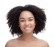 Retrato de un adolescente africano hermoso joven sonriente, aislado en el fondo blanco Imagen de archivo