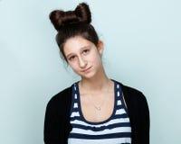 Retrato de un adolescente agradable con el peinado hermoso Imagen de archivo