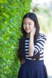 Retrato de un adolescente asiático más joven con la emoción y el smilin de la felicidad Fotos de archivo