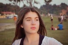 Retrato de un adolescente bonito al aire libre Fotos de archivo libres de regalías