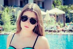 Retrato de un adolescente bonito al lado de la piscina Fotografía de archivo