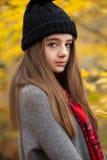 Retrato de un adolescente bonito con colores otoñales en el b Imagen de archivo libre de regalías