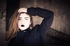Retrato de un adolescente bonito con el lápiz labial negro Fotos de archivo libres de regalías