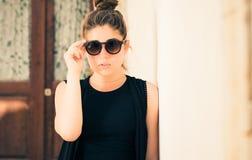 Retrato de un adolescente bonito con las gafas de sol Imagenes de archivo