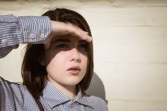 Retrato de un adolescente bonito que la cubre ojos Fotos de archivo libres de regalías