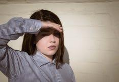 Retrato de un adolescente bonito que la cubre ojos Imagen de archivo libre de regalías