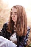 Retrato de un adolescente bonito que mira en la distancia Foto de archivo libre de regalías