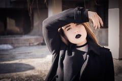 Retrato de un adolescente con el lápiz labial negro Foto de archivo