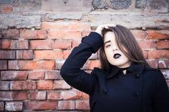 Retrato de un adolescente con el lápiz labial negro Fotografía de archivo libre de regalías