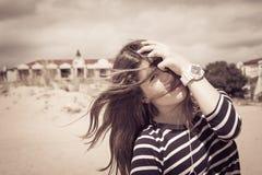 Retrato de un adolescente con el pelo largo con la mano que la cubre Imagenes de archivo