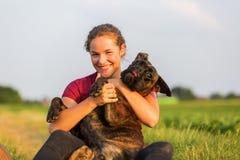 Retrato de un adolescente con el perro del boxeador Imagen de archivo
