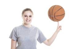 Retrato de un adolescente con la bola de la cesta Fotografía de archivo
