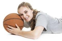Retrato de un adolescente con la bola de la cesta Imágenes de archivo libres de regalías
