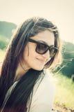 Retrato de un adolescente con las gafas de sol Imágenes de archivo libres de regalías