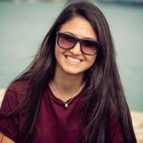 Retrato de un adolescente con las gafas de sol Imagen de archivo