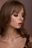 Retrato de un adolescente con maquillaje creativo Con un serio Foto de archivo libre de regalías