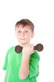 Retrato de un adolescente con pesas de gimnasia Fotografía de archivo libre de regalías