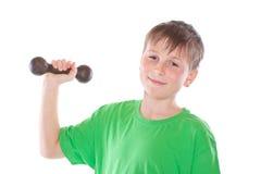 Retrato de un adolescente con pesas de gimnasia Imágenes de archivo libres de regalías