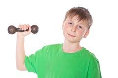 Retrato de un adolescente con pesas de gimnasia Foto de archivo