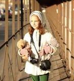 Retrato de un adolescente con un juguete preferido Fotos de archivo libres de regalías