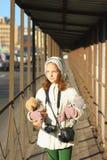 Retrato de un adolescente con un juguete preferido Fotografía de archivo