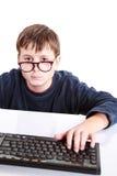 Retrato de un adolescente con un teclado Foto de archivo