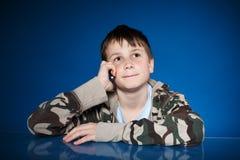 Retrato de un adolescente con un teléfono Foto de archivo libre de regalías