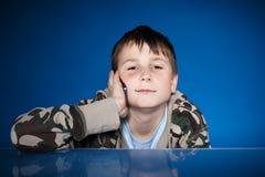 Retrato de un adolescente con un teléfono Imagenes de archivo