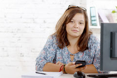 Retrato de un adolescente con un teléfono celular Fotografía de archivo