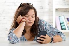 Retrato de un adolescente con un teléfono celular Fotografía de archivo libre de regalías