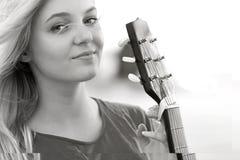 Retrato de un adolescente con una guitarra en el parque Imágenes de archivo libres de regalías