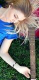 Retrato de un adolescente con una guitarra en el parque Imagen de archivo